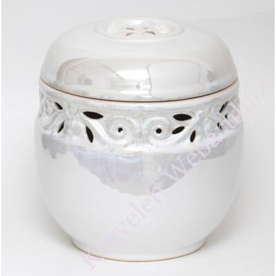 Fehér áttört, vésett kerámia urna