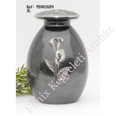 Virágdísszel ellátott, ezüstszürke színű, fém-üveg urna